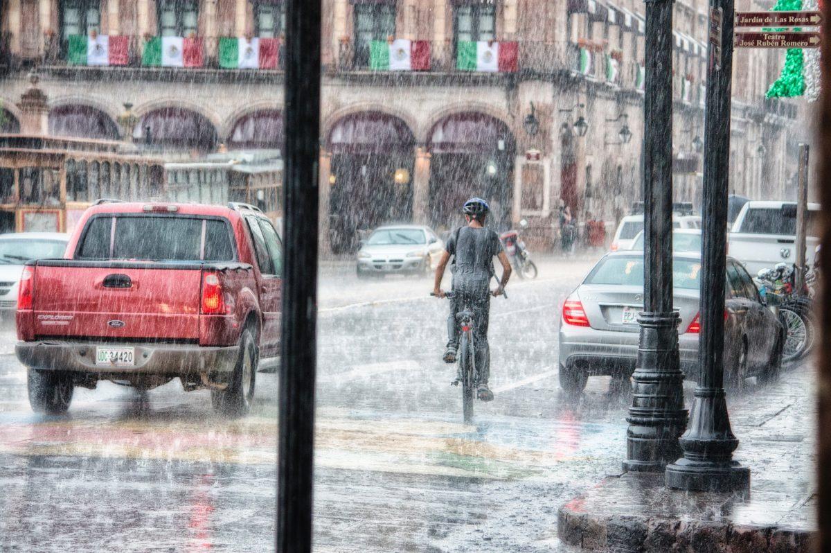 Jazda autem w ulewnym deszczu